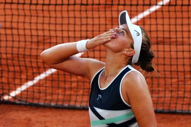 Tenistka Barbora Krejčíková po postupu do finále Roland Garros děkuje do nebe své zesnulé trenérce Janě Novotné