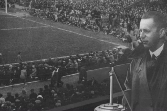 Fotokoláž  (pravděpodobně ze třicátých let) zpodobňující Josefa Laufera při komentování fotbalového utkání | foto: autor neznámý,  Archivní a programové fondy Českého rozhlasu