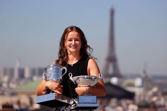 Barbora Krejčíková na Roland Garros zvítězila ve dvouhře i čtyřhře jako sedmá žena v historii | foto: Fotobanka Profimedia