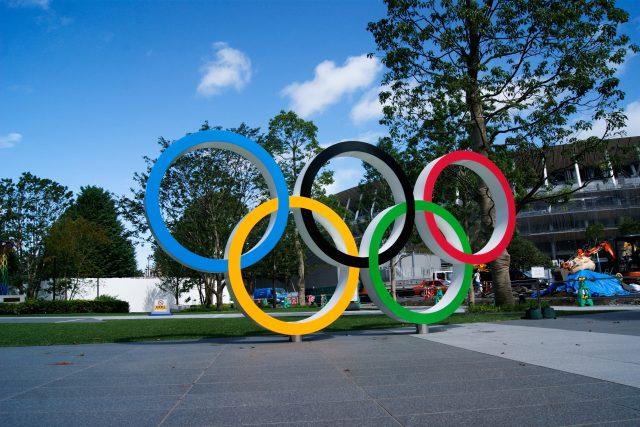 Olympijské kruhy před národním stadionem v Tokiu
