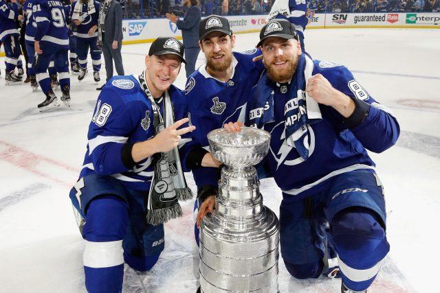 Hokejisté Tampy Bay Ondřej Palát,  Jan Rutta a Erik Čerňák s pohárem Stanley Cupu   foto: Fotobanka Profimedia