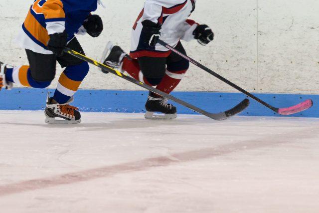 Chceme,  aby děti měly morálku. Můžou se u hokeje naučit,  jak se chovat v partě i to,  jak jednat jako tým,  tvrdí Dominik Hůla | foto: Shutterstock