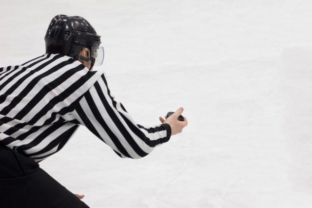 Poslechněte si celý rozhovor s předsedou komise rozhodčích ledního hokeje Vladimírem Šindlerem | foto: Shutterstock