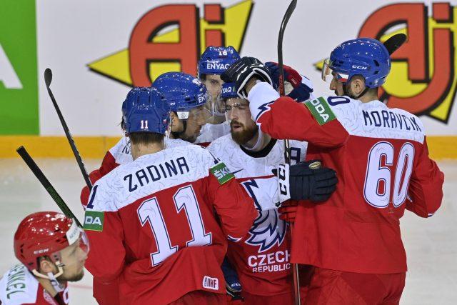 Čeští hokejisté slaví vstřelenou branku proti Bělorusku