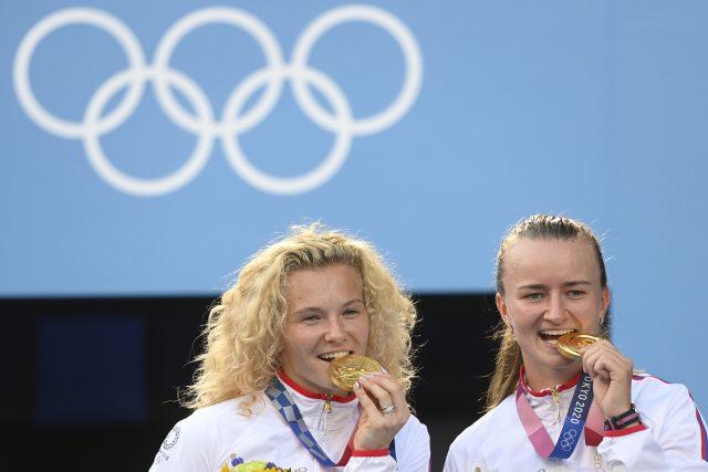 Kateřina Siniaková a Barbora Krejčíková se zlatými medailemi. | foto: Ondřej Deml,  ČTK